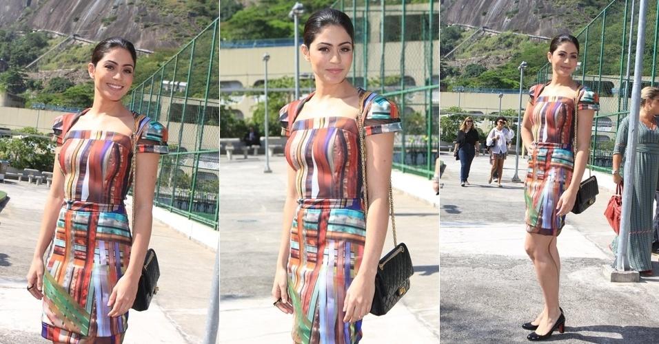 A atriz Carol Castro posou para fotos no segundo dia de desfiles do Fashion Rio 2013 (23/5/12)