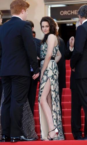 """A atriz Kristen Stewart posa no tapete vermelho do Palácio do Festival ao chegar para a exibição de """"Na Estrada"""" no Festival de Cannes 2012 (23/5/12)"""