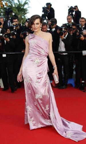 """A atriz Milla Jovovich na exibição do filme """"Na Estrada"""", do cineasta brasileiro Walter Salles, no Festival de Cannes 2012 (23/5/12)"""