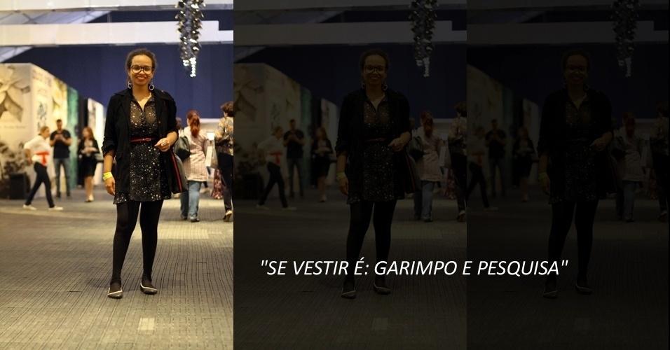 A blogueira e consultora de moda Talita Oliveira, 27, usa vestido da Opção, casaco que ganhou de presente, meia Lupo, sapatilha C&A e óculos Renner