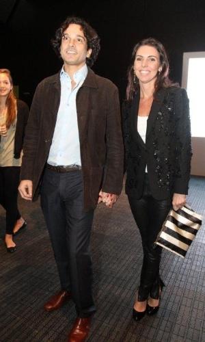 A jornalista do Globo Esporte, Glenda Kozlowski  e o marido, o dentista Luís Tepedino, assistiram ao primeiro dia de desfiles do Fashion Rio 2013 (22/5/12)