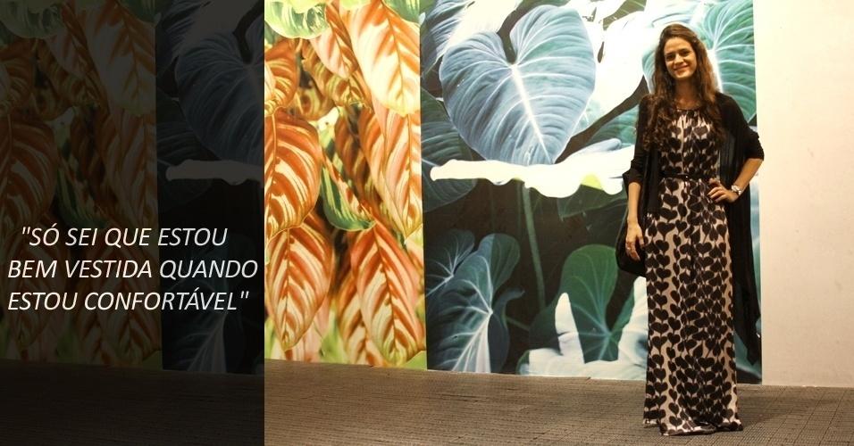 A stylist Yazmin Zungier, 25, usa vestido Lyx, bolsa e bota de brechó e cardigã que ganhou de presente (22/05/2012)