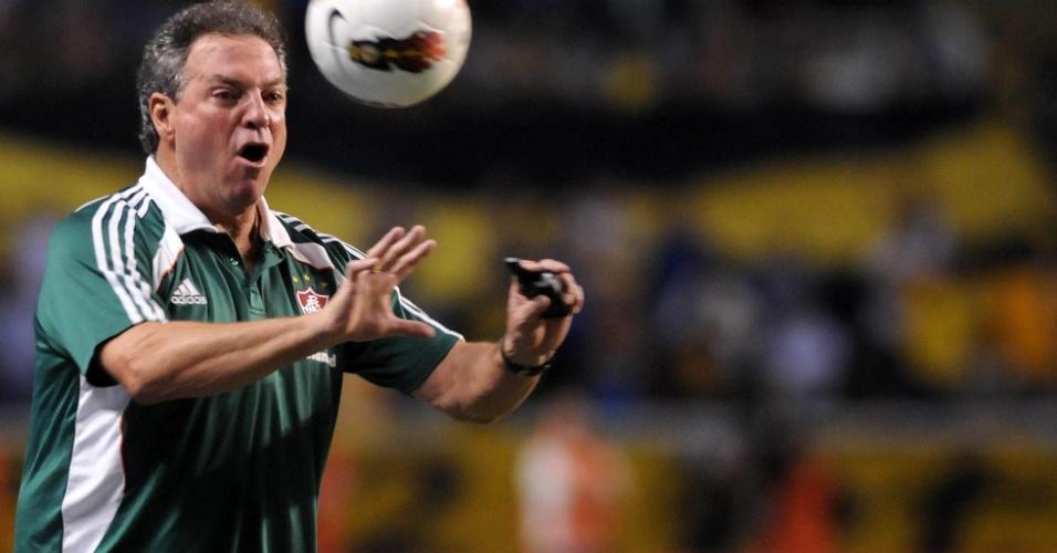 Abel Braga grita com seus jogadores do Fluminense durante o confronto contra o Boca, no Engenhão