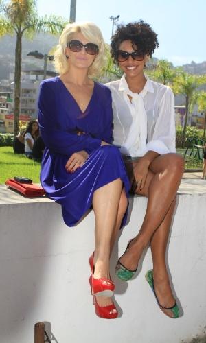 Antonia Fontenelle e Sheron Menezes posam para fotos no segundo dia do Fashion Rio 2013 (23/5/12)