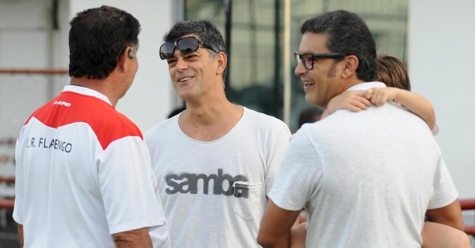 Ator Eduardo Moscóvis encontra técnico Joel Santana, do Flamengo, durante treino na Gávea
