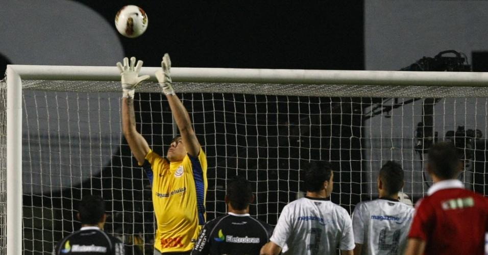 Cássio, goleiro do Corinthians, sai do gol para agarrar a bola durante confronto contra o Vasco no Pacaembu