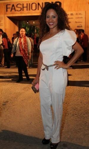 Cinara Leal confere o segundo dia de desfiles do Fashion Rio (23/5/12). O evento de moda acontece no Jockey Club, zona sul do Rio