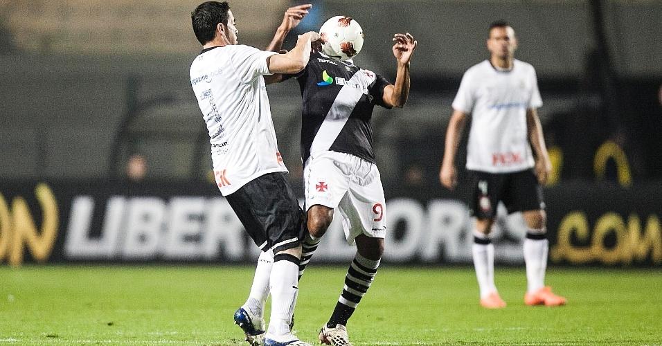 Com Chicão por perto, Alecsandro, do Vasco, tenta dominar a bola no peito durante jogo no Pacaembu