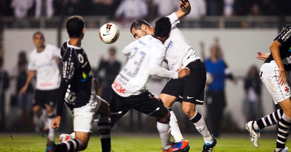 Danilo cabeceia a bola observado por Jorge Henrique e Fágner, lateral do Vasco, em partida no Pacaembu, pela Libertadores