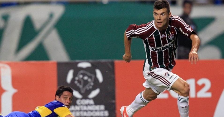 Diego Rivero, do Boca Juniors, fica caído após disputa de bola com o meia Wagner, do Fluminense, em jogo no Engenhão