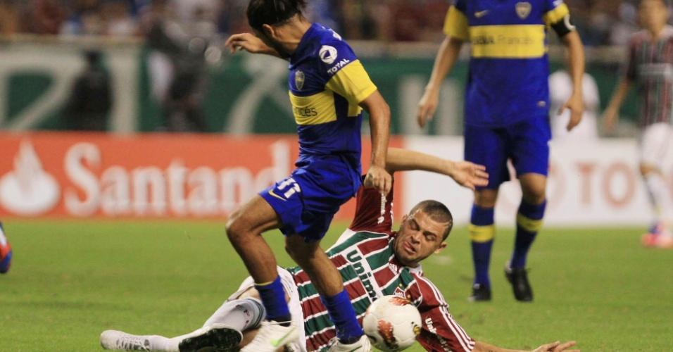 Edinho, do Fluminense dá carrinho em Walter Erviti, do Boca Juniors, no confronto entre as equipes no Engenhão
