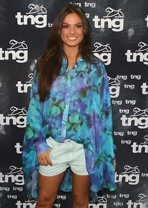 Isis Valverde no backstage da TNG; atriz desfila para a marca no Fashion Rio Verão 2013