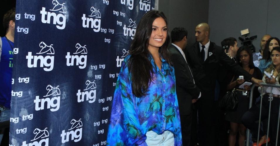 Isis Valverde participa de coletiva de imprensa no segundo dia de desfiles do Fashion Rio (23/5/12). A atriz desfilou pela marca TNG
