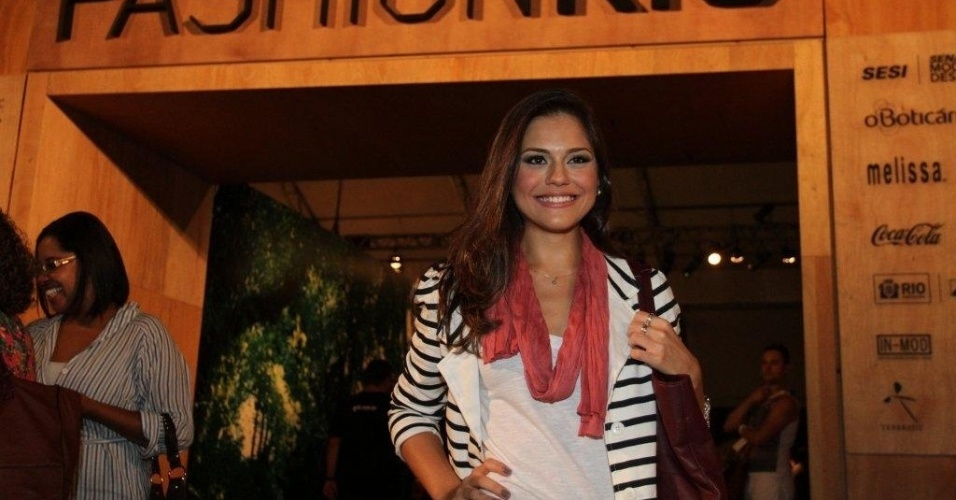 Jéssica Alves confere o segundo dia de desfiles do Fashion Rio (23/5/12). O evento de moda acontece no Jockey Club, zona sul do Rio