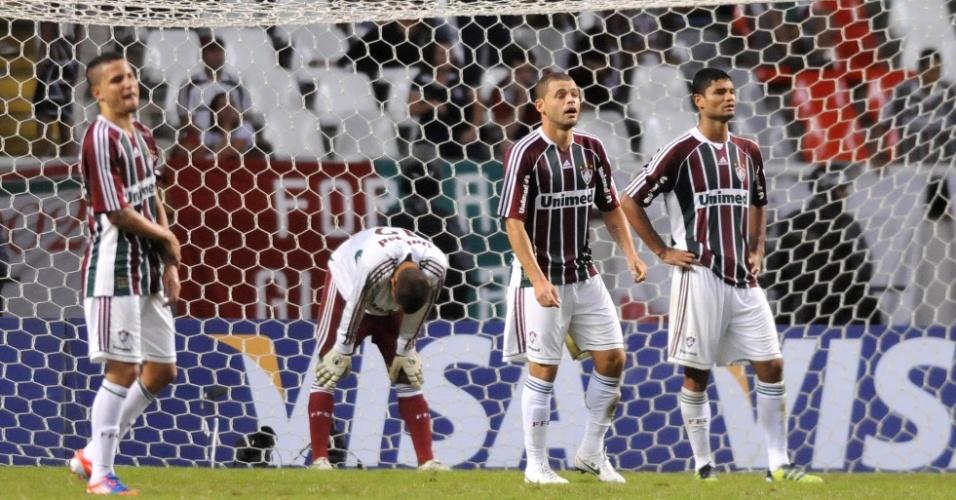 Jogadores do Fluminense se lamentam após o gol de empate do Boca Juniors, que eliminou a equipe brasileira da Libertadores