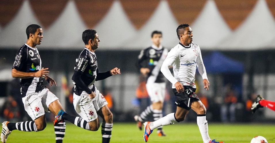 Jorge Henrique, do Corinthians, conduz a bola observado por dois jogadores do Vasco, em partida no Pacaembu