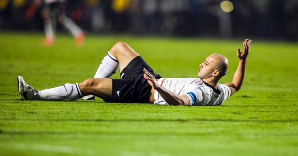Lateral Alessandro, do Corinthians, fica caído no gramado após choque com jogador do Vasco da Gama
