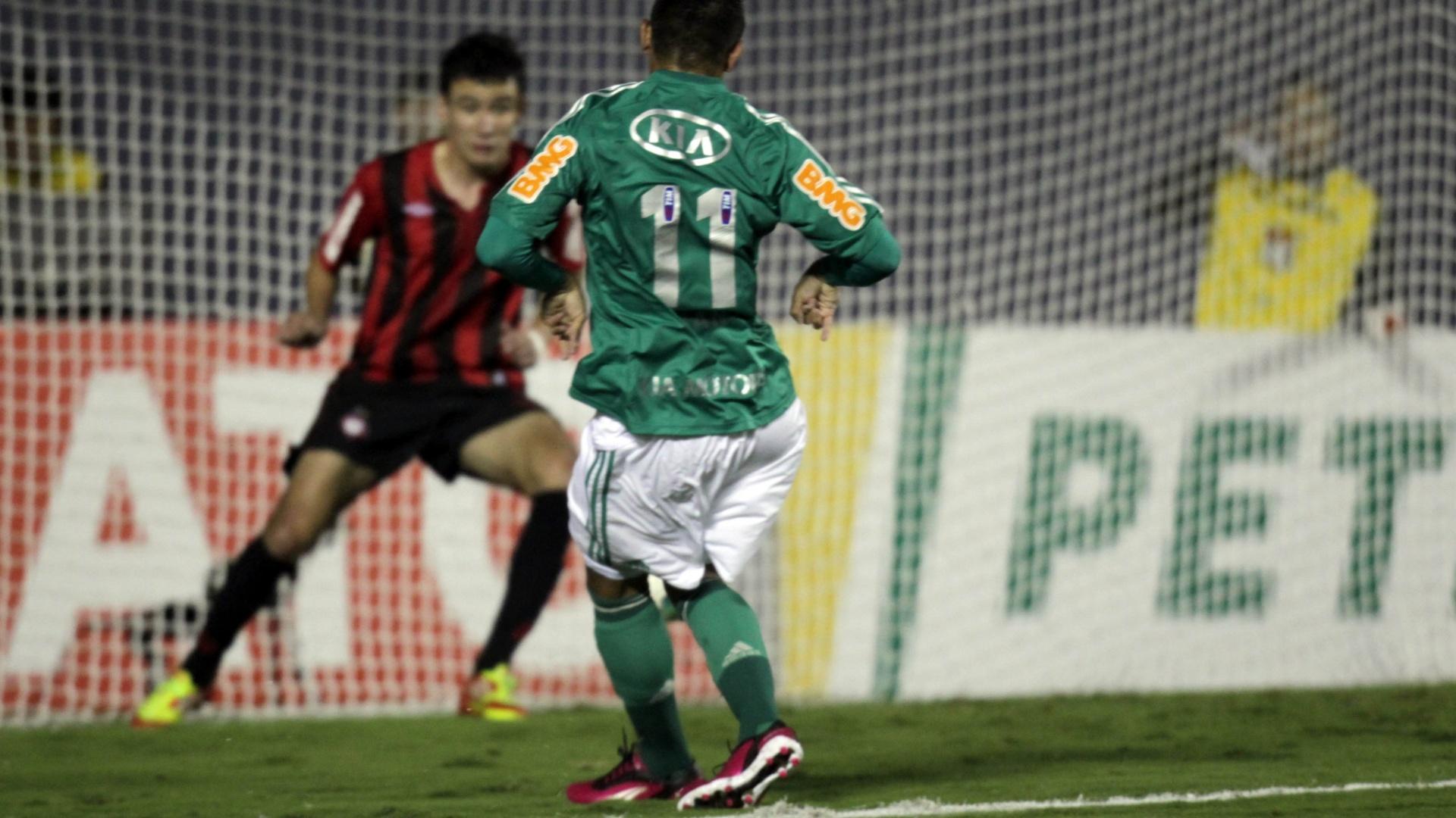 Luan chuta para marcar o primeiro gol do Palmeiras contra o Atlético-PR na Arena Barueri