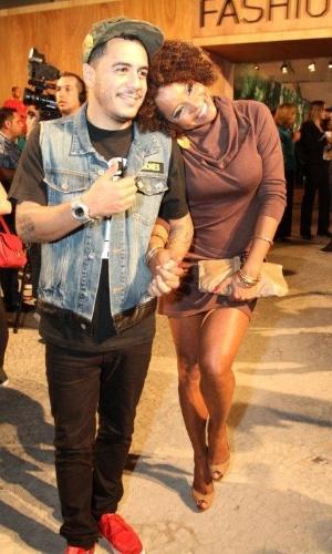 Marcelo D2 e Adriana Bombom conferem o segundo dia de desfiles do Fashion Rio (23/5/12). O evento de moda acontece no Jockey Club, zona sul do Rio