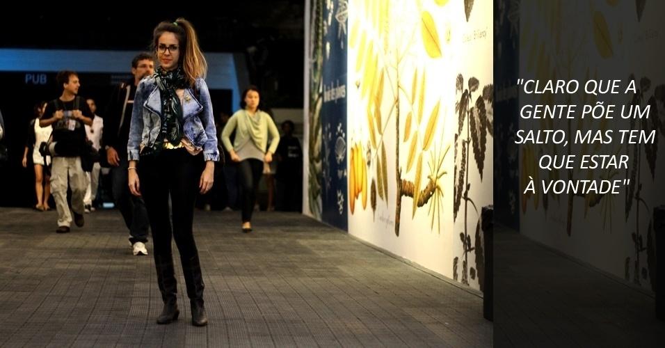"""Mariana Alternberd, 27, veste camisa Complot, legging Petit Ballet e jaqueta Shop 126. Acessórios como lenço, bota e brincos foram garimpados em brechós e o broche foi comprado na """"feira do lixo"""", na Praça 15 de Novembro, centro do Rio (22/05/2012)"""