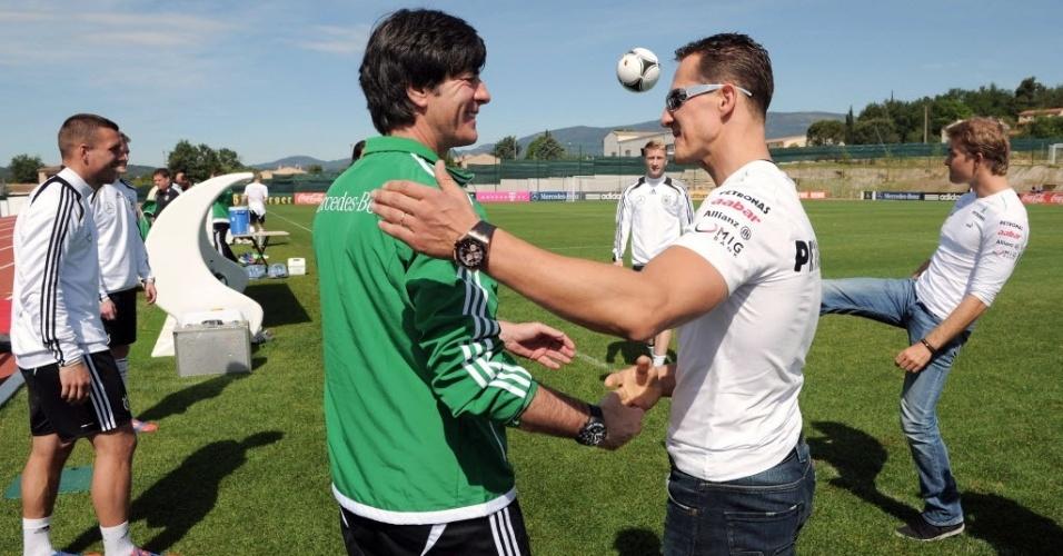Michael Schumacher conversa com o técnico da seleção alemã Joachim Löw