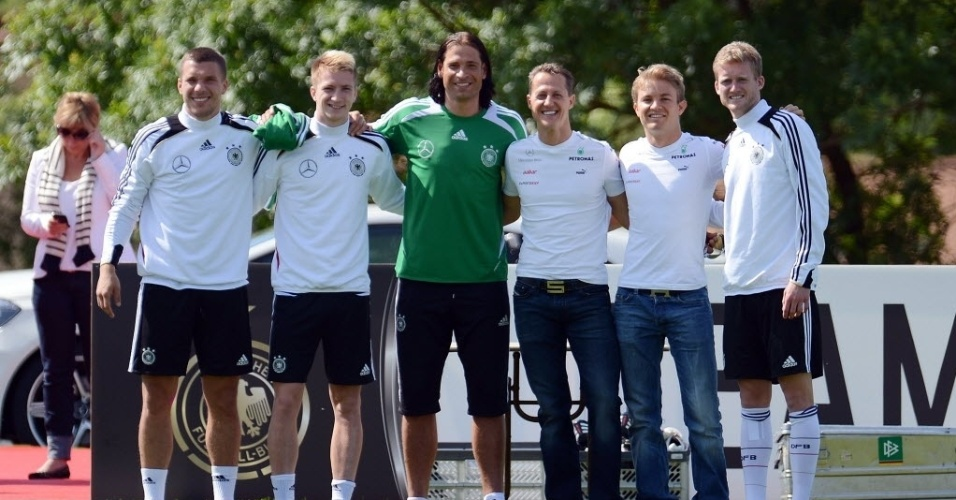 Michael Schumacher e Nico Rosberg posam para foto com alguns jogadores da seleo alem