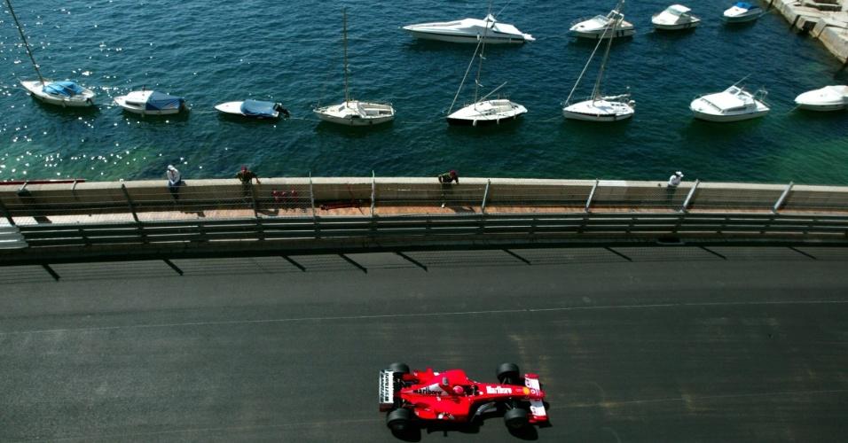 Michael Schumacher guia sua Ferrari no GP de Mônaco de 2003 com barcos ancorados ao fundo