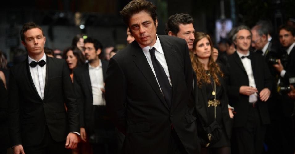 """O ator e diretor Benicio Del Toro chega à exibição do filme """"7 Dias en la Habana"""" na mostra Um Certo Olhar do Festival de Cannes 2012 (23/5/12)"""