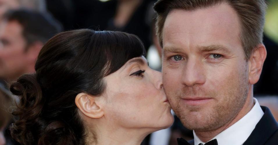 """O ator e membro do júri Ewan McGregor recebe um beijo de sua mulher, Eve Mavrakis, ao chegar à exibição do filme """"Na Estrada"""" no Festival de Cannes 2012 (23/5/12)"""