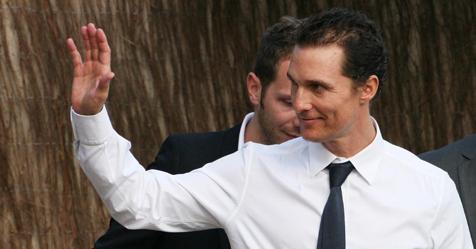 "O ator Matthew McConaughey chega ao estúdio do programa da TV francesa ""Le Grand Journal"", no Festival de Cannes 2012 (23/5/12)"