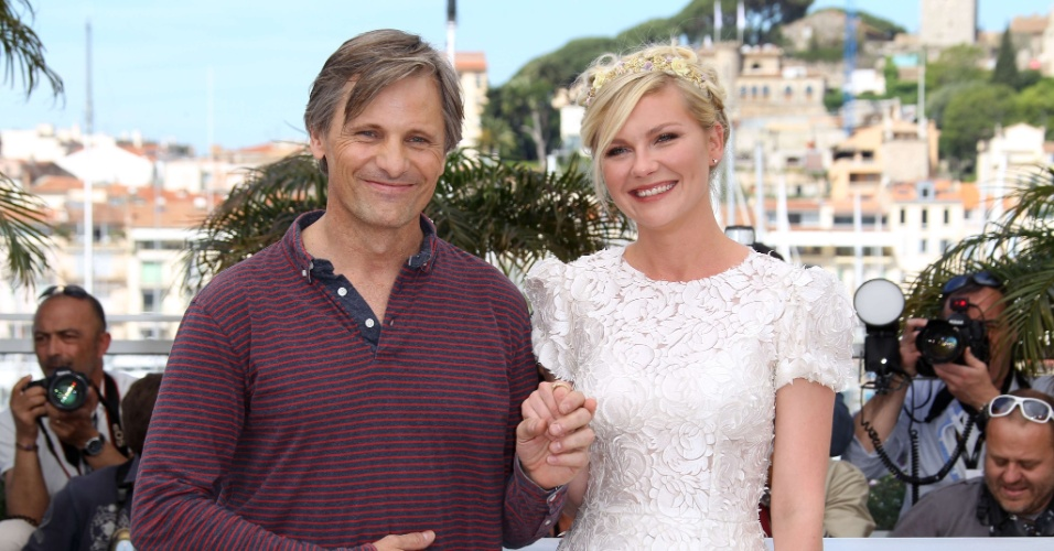 """O ator Viggo Mortensen e a atriz Kirsten Dunst posam na apresentação do filme """"Na Estrada"""", filme de Walter Salles, no Festival de Cannes 2012 (23/5/12)"""