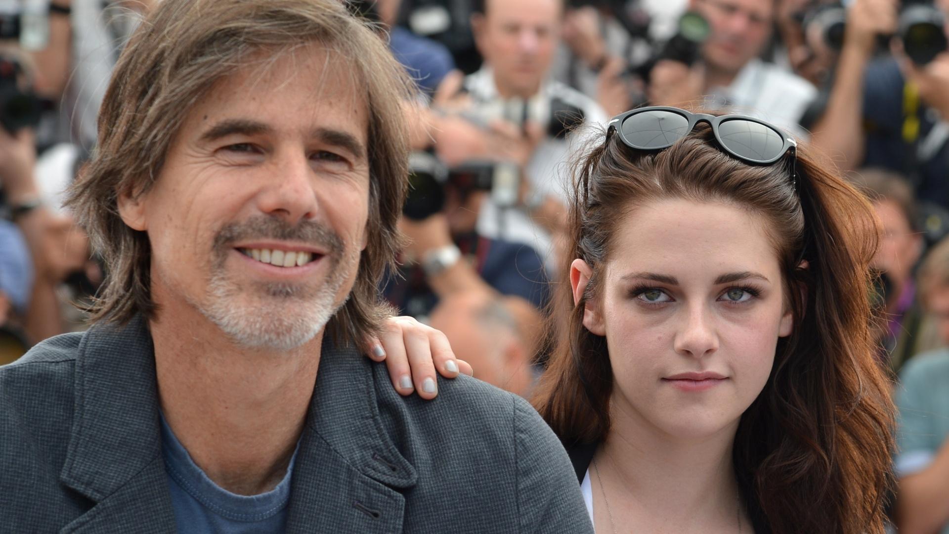 O diretor brasileiro Walter Salles e a atriz Kristen Stewart posam na apresentação do filme