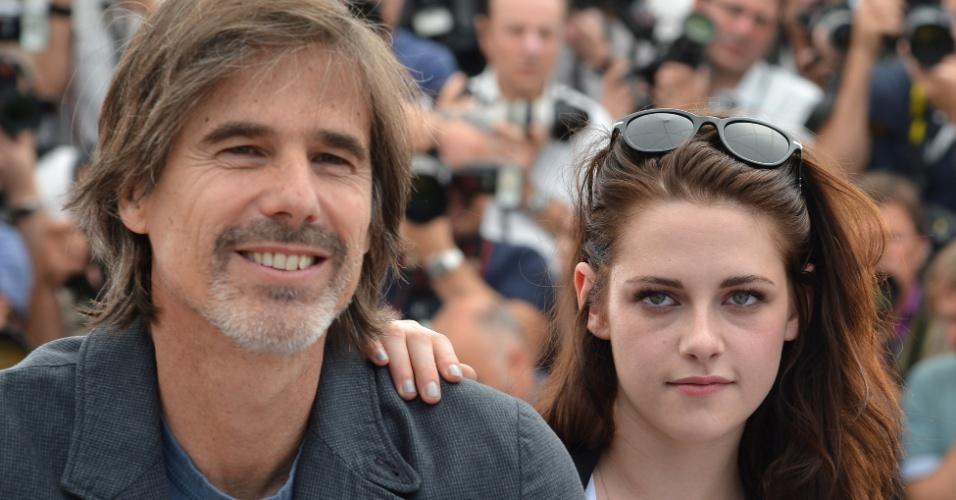 """O diretor brasileiro Walter Salles e a atriz Kristen Stewart posam na apresentação do filme """"Na Estrada"""" no Festival de Cannes 2012 (23/5/12)"""