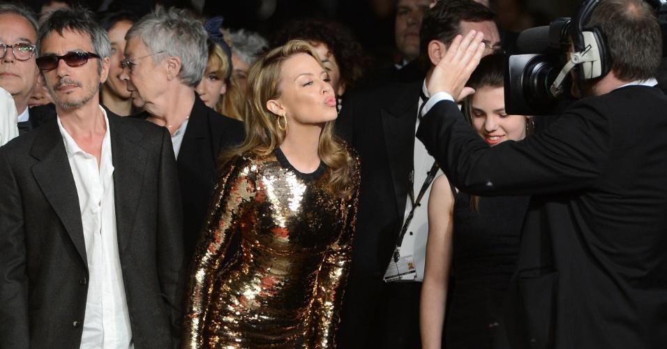 """O diretor francês Leos Carax e a cantora australiana Kylie Minogue chegam à exibição do filme """"Holy Motors"""" no Festival de Cannes 2012 (23/5/12)"""
