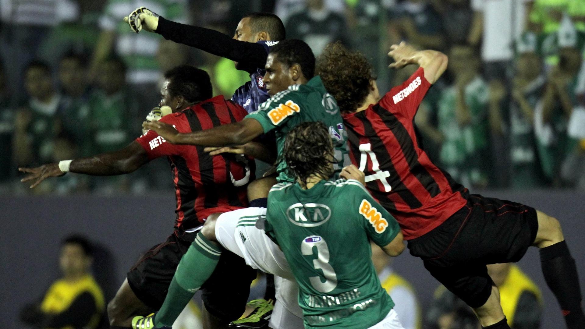 O goleiro Rodolfo, do Atlético-PR, afsta o perigo de sua área em lance da partida contra o Palmeiras