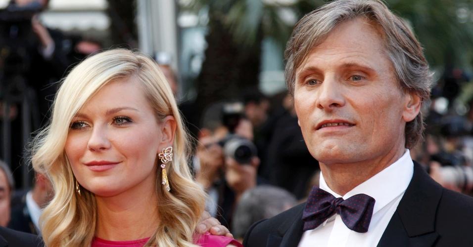 """Os atores Kirsten Dunst e Viggo Mortensen posam para fotos no tapete vermelho do Palácio do Festival antes da exibição de """"Na Estrada"""" no Festival de Cannes 2012 (23/5/12)"""