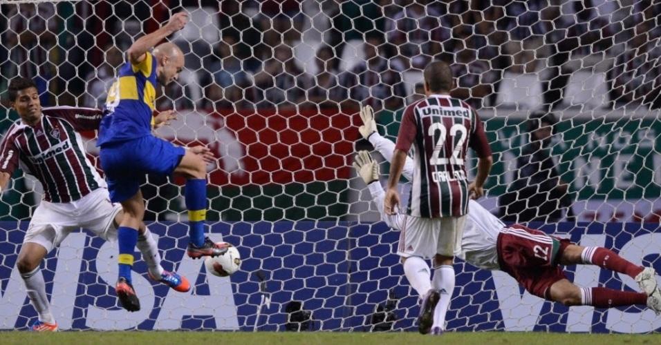 Santiago Silva, atacante do Boca, chuta para marcar o gol de empate no duelo contra o Fluminense