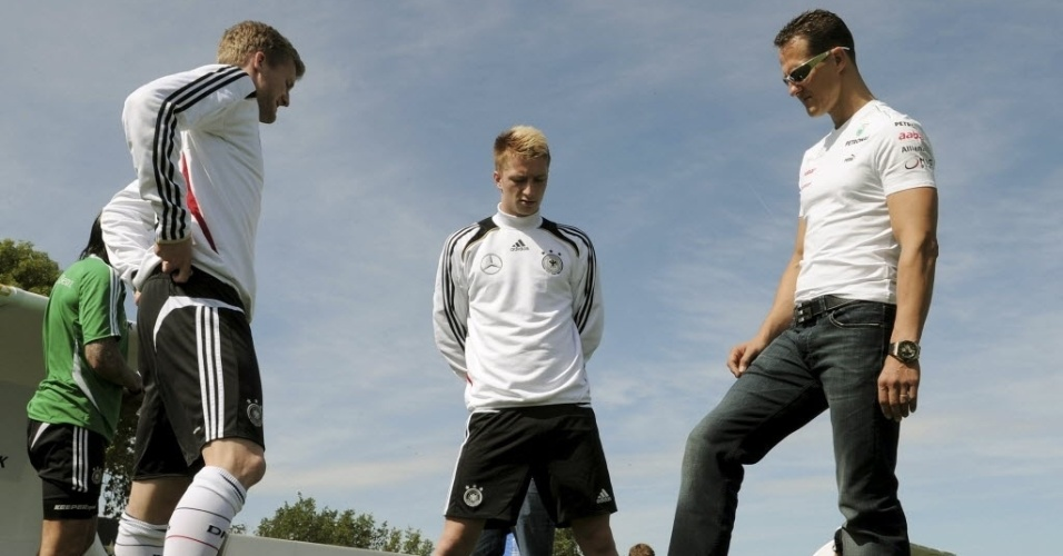 Schumacher conversa com Andre Schuerrle (esq) e Marco Reus durante treino da seleo alem para a Euro