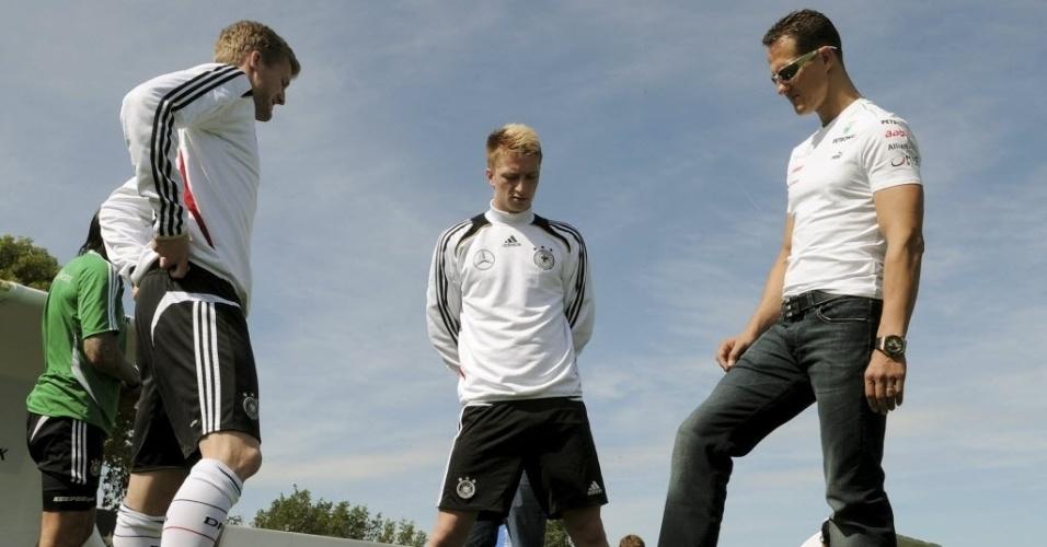 Schumacher conversa com Andre Schuerrle (esq) e Marco Reus durante treino da seleção alemã para a Euro