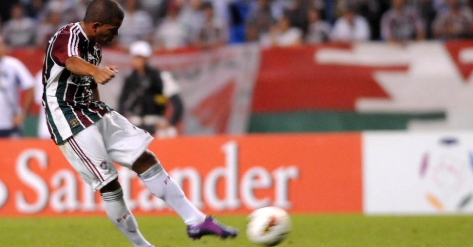 Thiago Carleto cobra a falta que originou o primeiro gol do Fluminense na partida contra o Boca Juniors, pela Libertadores