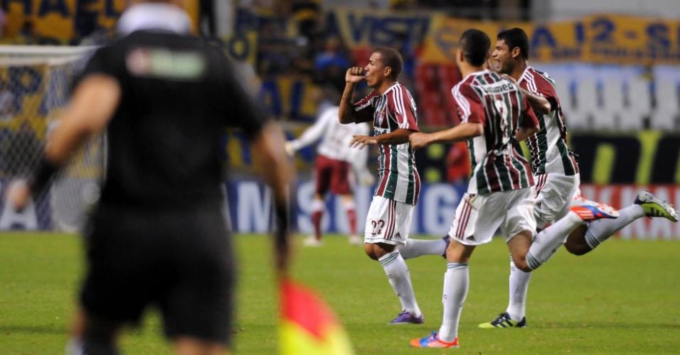 Thiago Carleto corre para comemorar gol do Fluminense na partida contra o Boca Juniors, no Engenhão