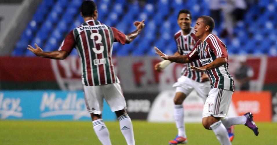 Thiago Carleto, lateral esquerdo do Fluminense, comemora gol de falta marcado no jogo contra o Boca