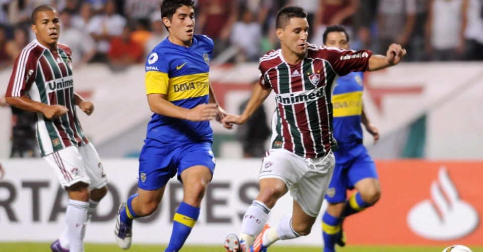 Thiago Neves conduz a bola cercado de perto por marcador do Boca Juniors, em duelo pelas quartas de final da Libertadores