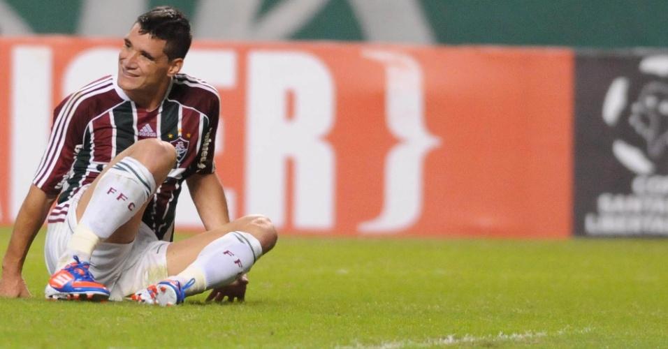 Thiago Neves fica caído após sofrer falta no duelo entre Fluminense e Boca Juniors, no Engenhão