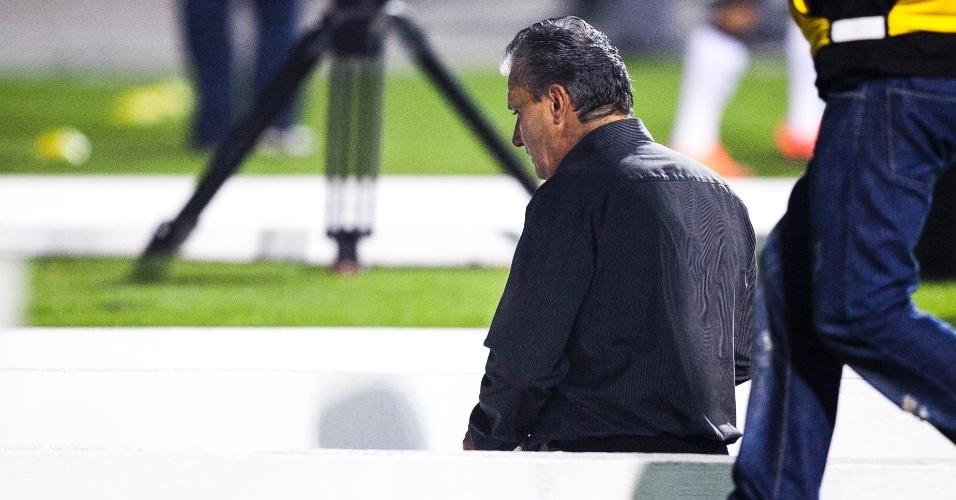 Tite, técnico do Corinthians, deixa o campo após ser expulso no segundo tempo do confronto contra o Vasco