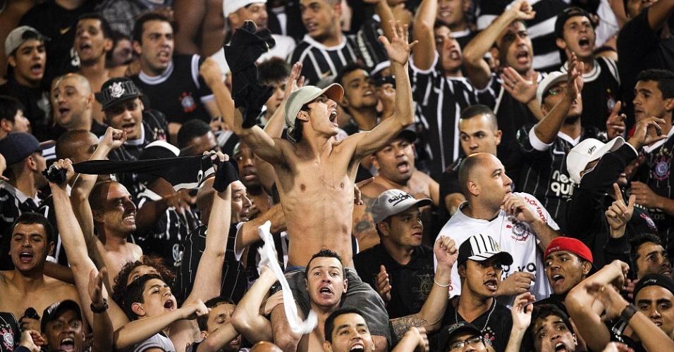 Torcida do Corinthians faz festa antes da partida decisiva contra o Vasco, pela Libertadores