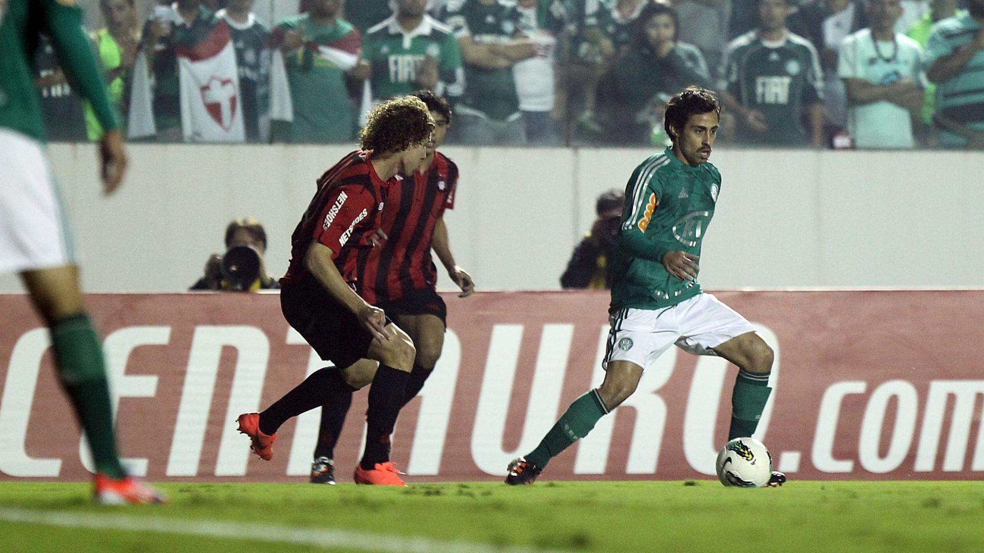 Valdivia conduz a bola e tenta levar o Palmeiras ao ataque durante o jogo contra o Atlético-PR