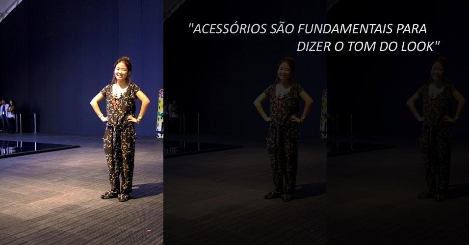 Yoon Hee Lee, 24, é da equipe de estilo da Oh, Boy!, que estreou no Fashion Rio. O conjunto estampado é da Farm e a sapatilha da Santa Lolla. Todos seus acessórios são da coleção da Oh, Boy! apresentada no evento (22/05/2012)