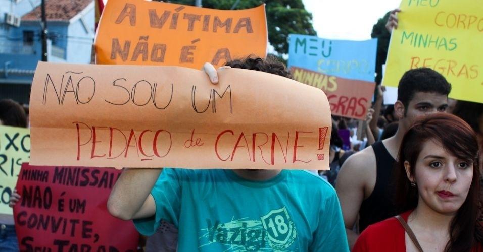 11.jun.2011 - Cartazes pedem mais respeito às mulheres durante a versão pernambucana da Marcha das Vadias. Cerca de 200 pessoas deixaram a praça do Derby, área central do Recife, e percorreram a avenida Conde da Boa Vista