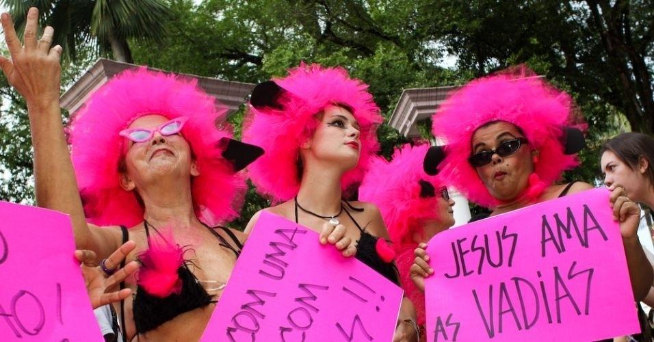 11.jun.2011 - Com um biquíni personalizado e uma peruca rosa-choque, pernambucanas aderem à Marcha das Vadias realizada em Recife. Cerca de 200 pessoas deixaram a praça do Derby, área central do Recife, e percorreram a avenida Conde da Boa Vista